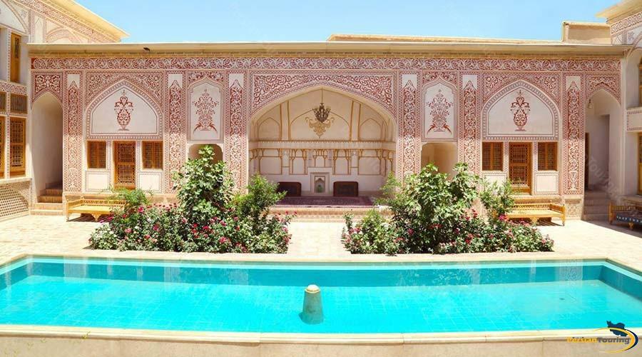 mahinestan-raheb-hotel-kashan-yard-2
