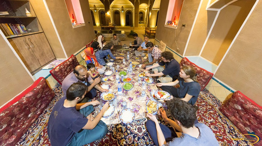 guests-dinner-tak-taku-guesthouse-isfahan