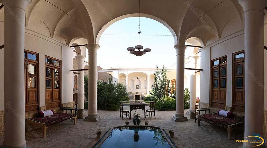 morshedi-house-hotel-kashan-yard-2