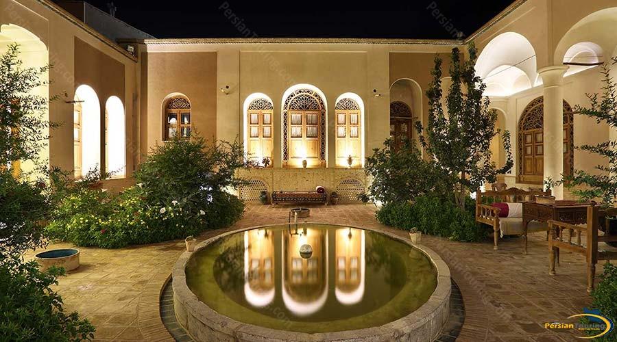 morshedi-house-hotel-kashan-yard-3