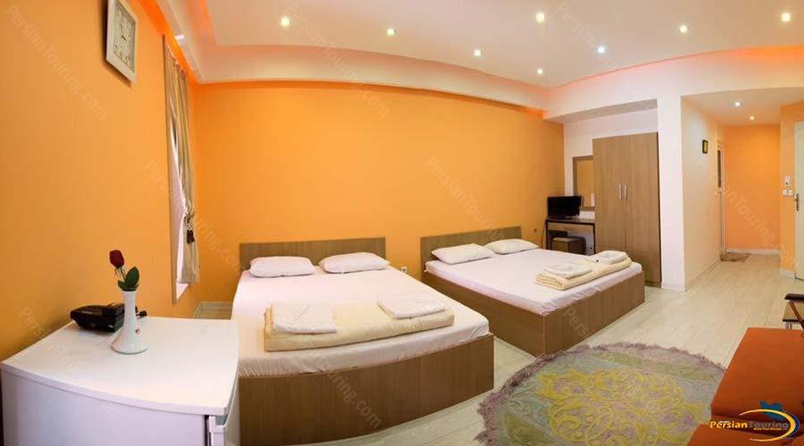 rose-hotel-kashan-quadruple-room-1